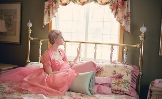 vintage-woman-on-bed-retro-bedroom-37738